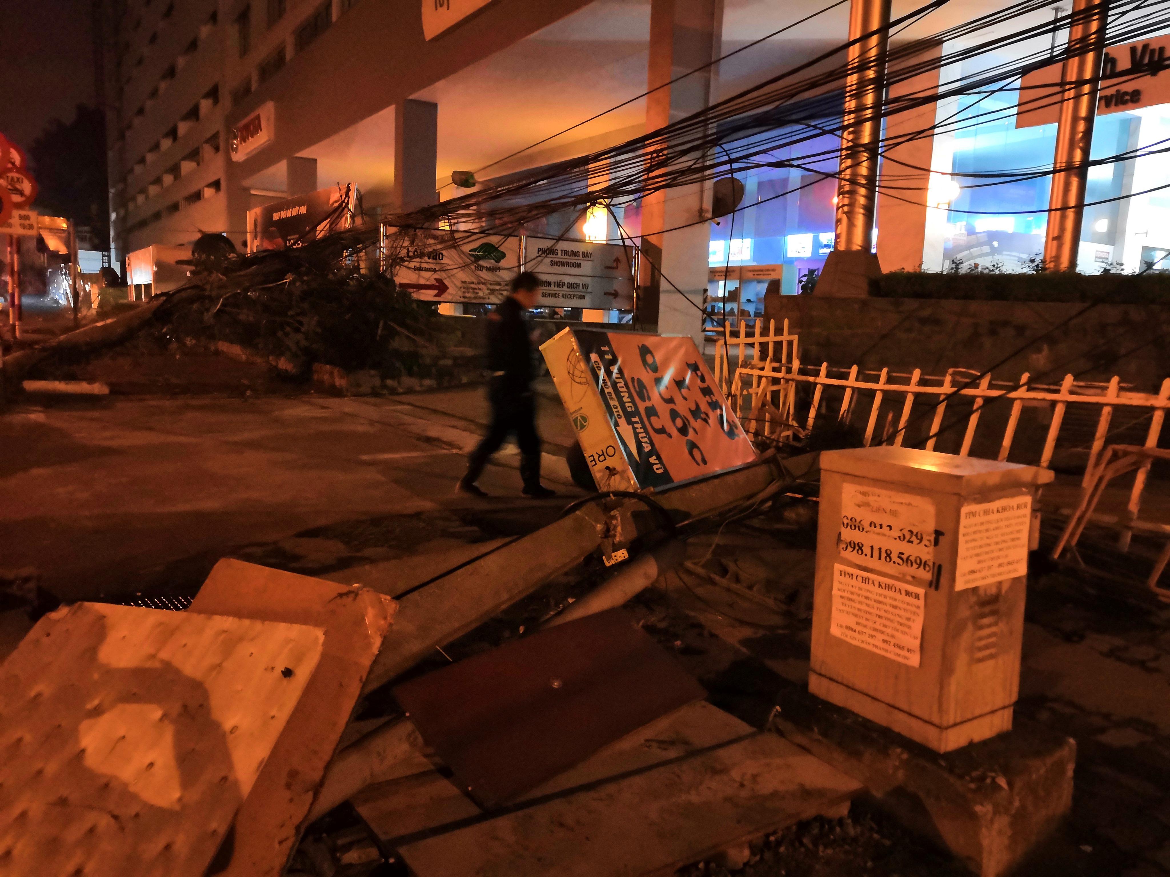 Xe bồn chở xăng kéo đổ 4 cột điện trong đêm, nhiều hộ dân mất điện Ảnh 4