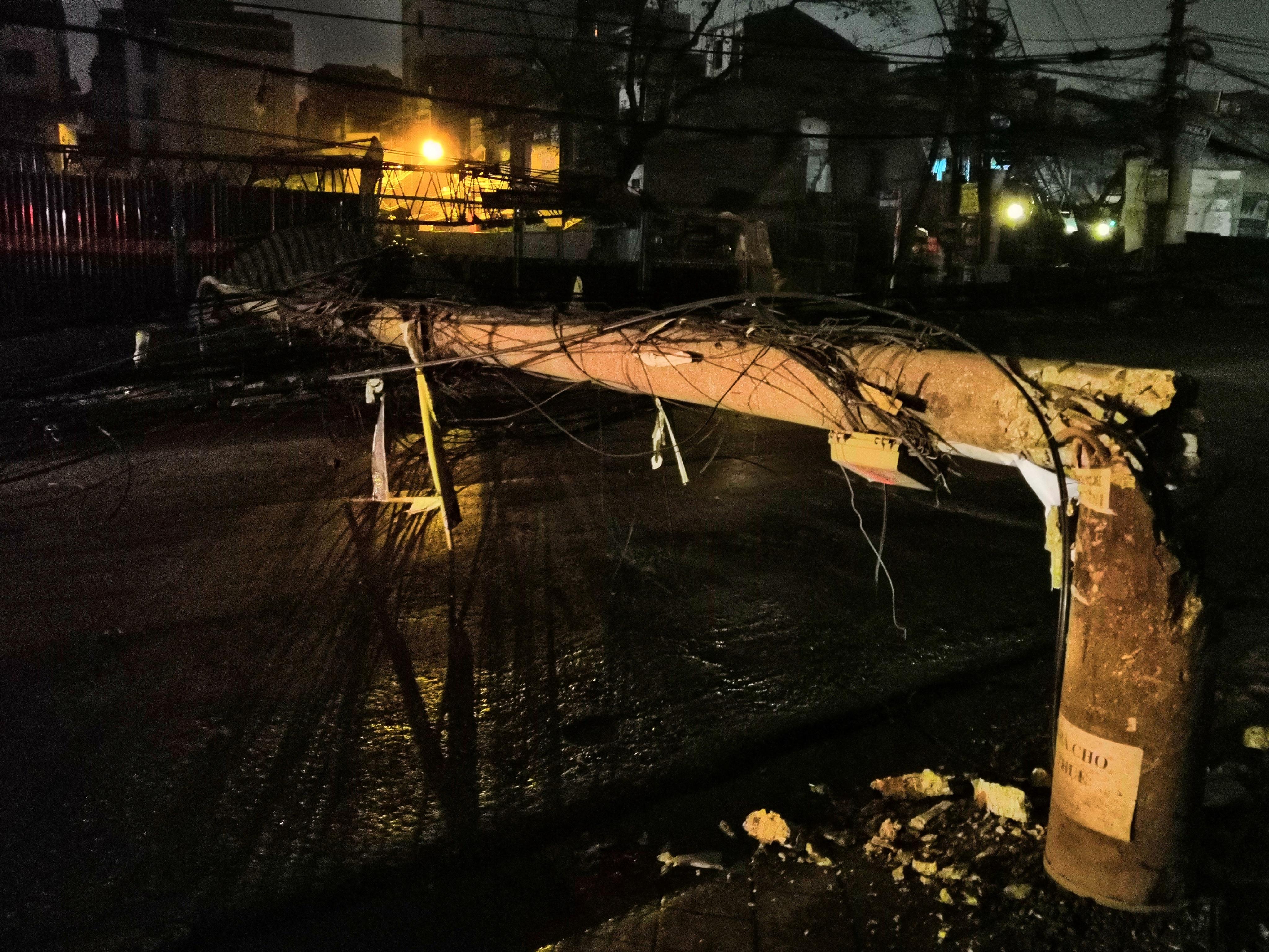 Xe bồn chở xăng kéo đổ 4 cột điện trong đêm, nhiều hộ dân mất điện Ảnh 3