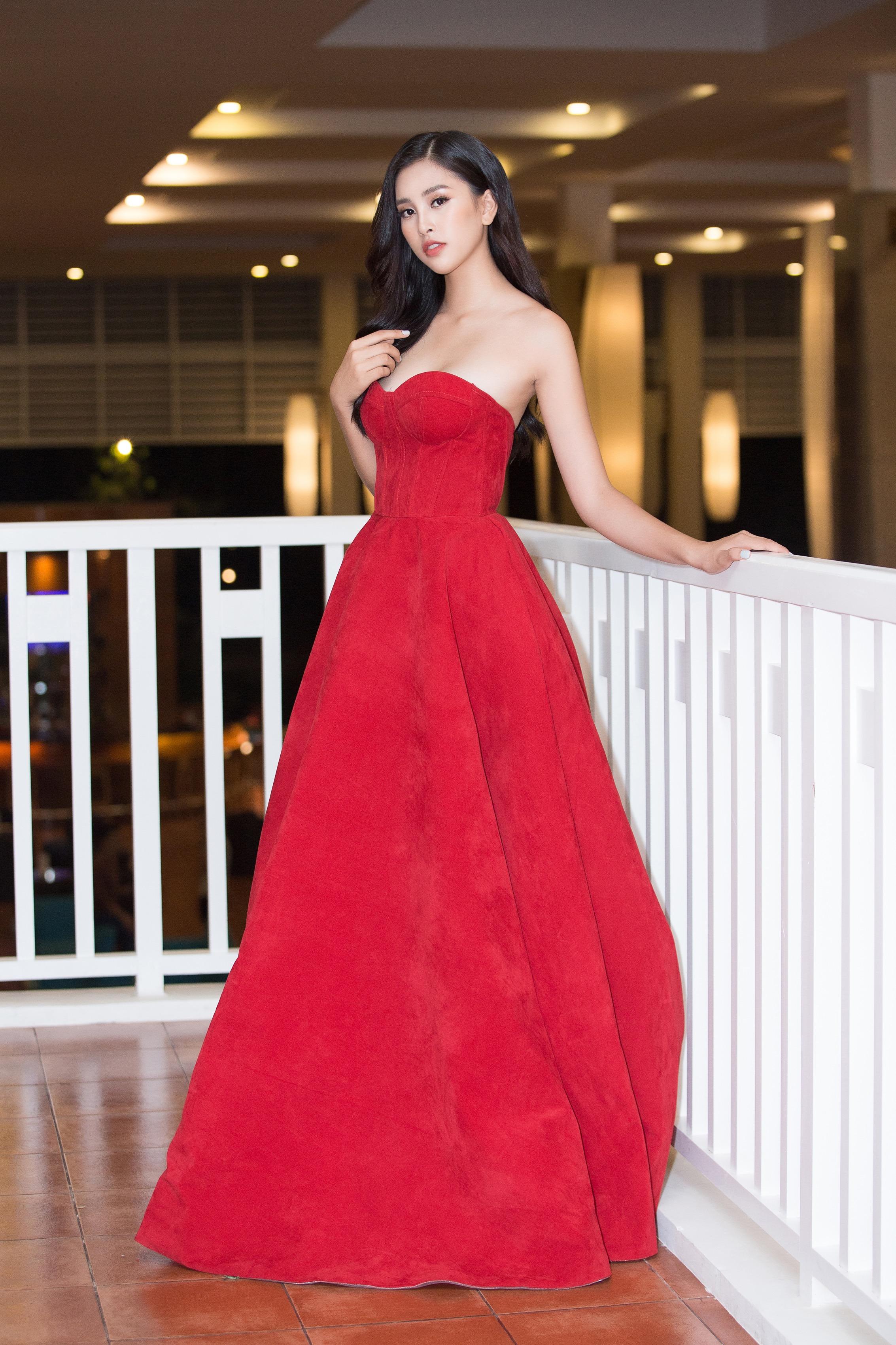 Hoa hậu Tiểu Vy mặc đầm cúp ngực quyến rũ khó tả Ảnh 3