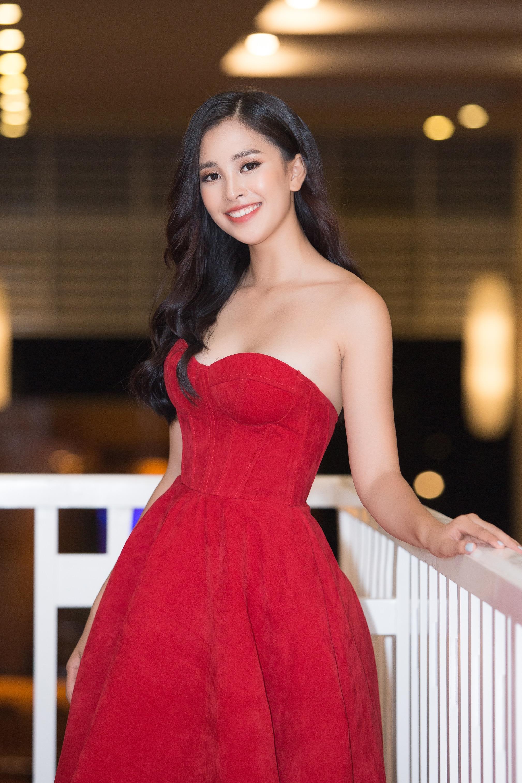 Hoa hậu Tiểu Vy mặc đầm cúp ngực quyến rũ khó tả Ảnh 1
