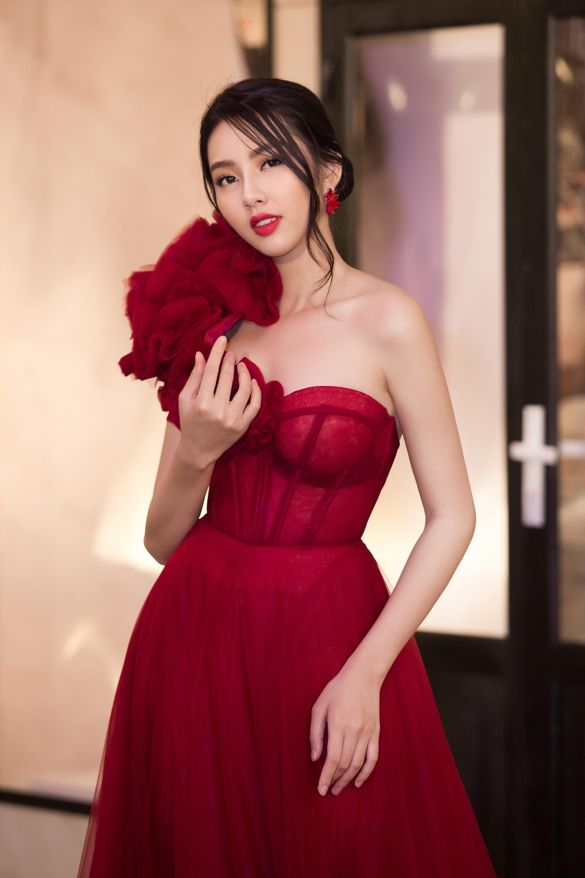 Hoa hậu Tiểu Vy mặc đầm cúp ngực quyến rũ khó tả Ảnh 4