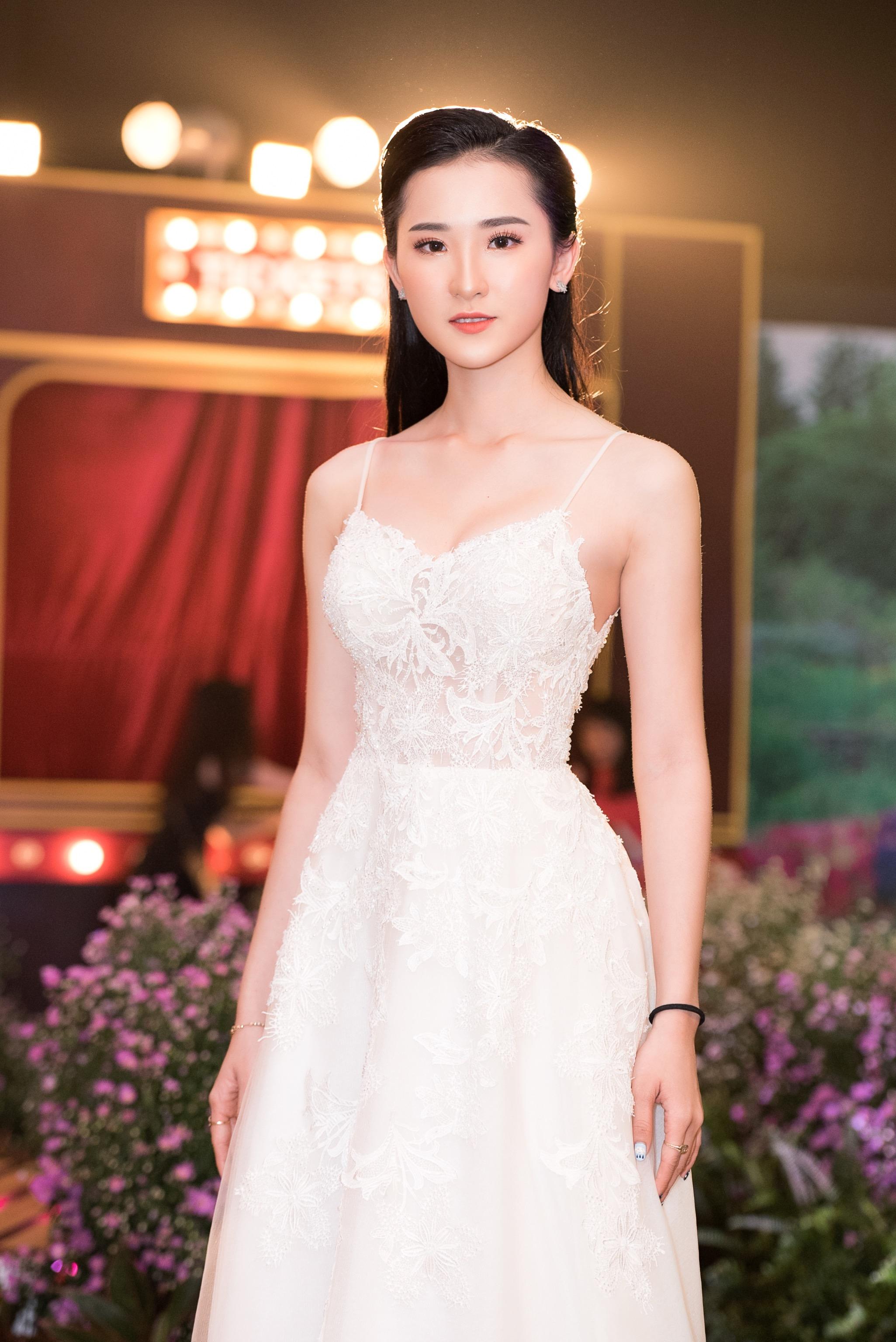 Hoa hậu Tiểu Vy mặc đầm cúp ngực quyến rũ khó tả Ảnh 7