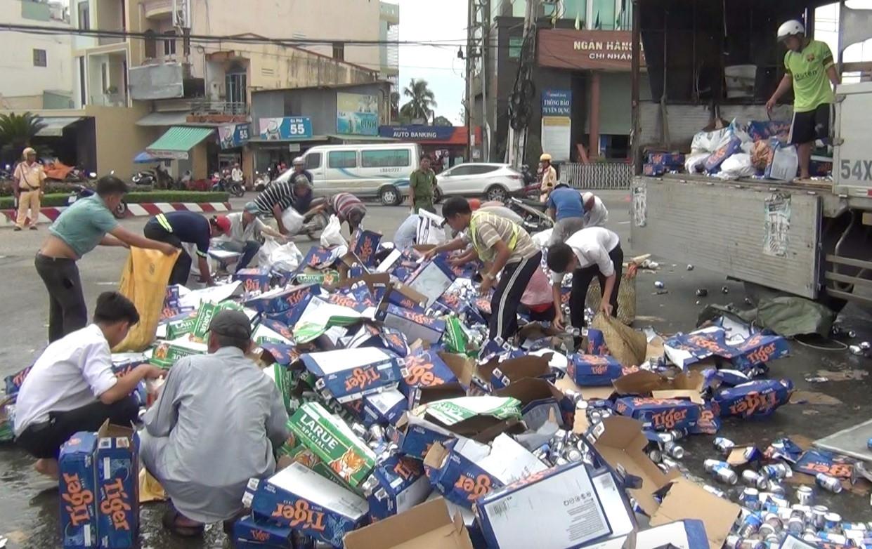 Dân giúp tài xế gom hàng trăm thùng bia đổ ra quốc lộ Ảnh 2