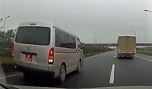 Đình chỉ công tác đại úy quân đội lùi ôtô biển đỏ trên cao tốc Ảnh 1