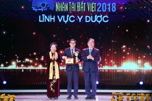 Giám đốc BV K tặng 200 triệu đồng từ giải thưởng Nhân tài đất Việt cho bệnh nhân nghèo Ảnh 1