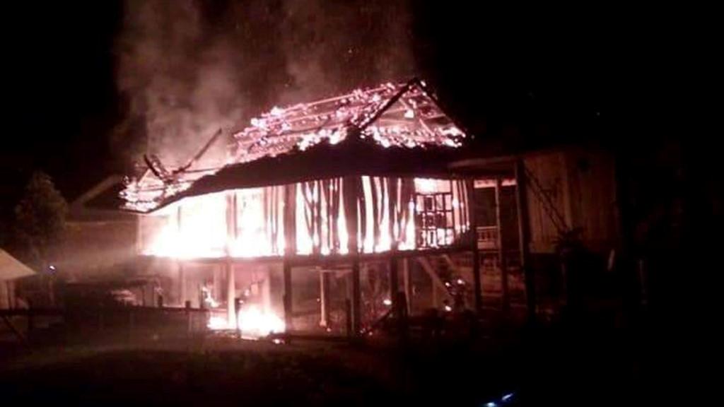 Châm lửa đốt nhà vì cãi nhau với vợ Ảnh 1