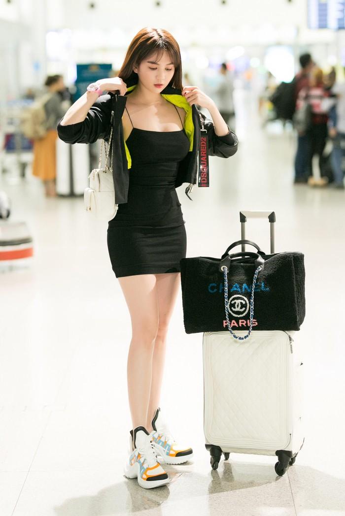 Mặc như thế này, bảo sao Ngọc Trinh cứ liên tục làm sân bay 'tắc nghẽn' Ảnh 10