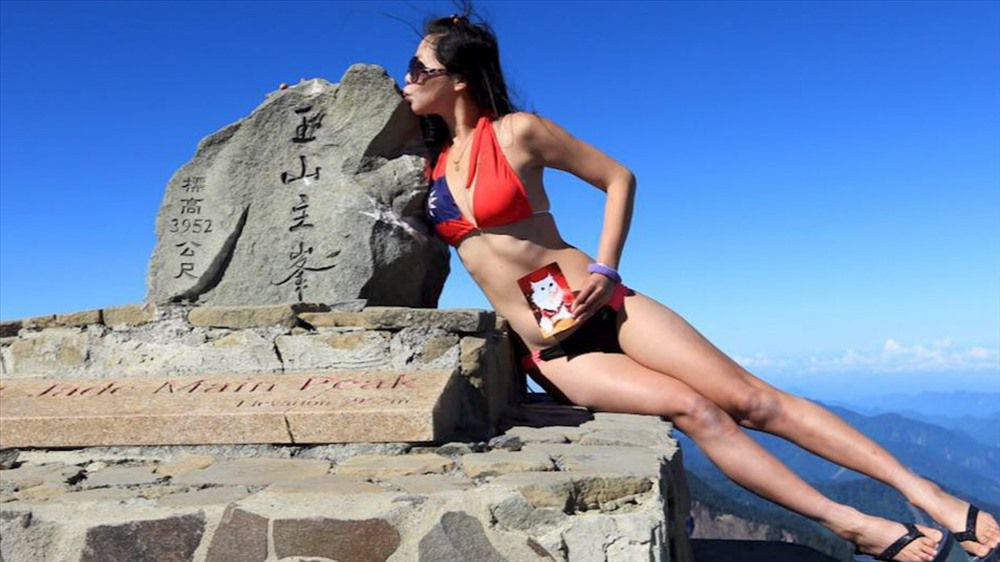 Rơi xuống vực, 'người đẹp bikini leo núi' chờ cứu hộ đến chết cóng Ảnh 1