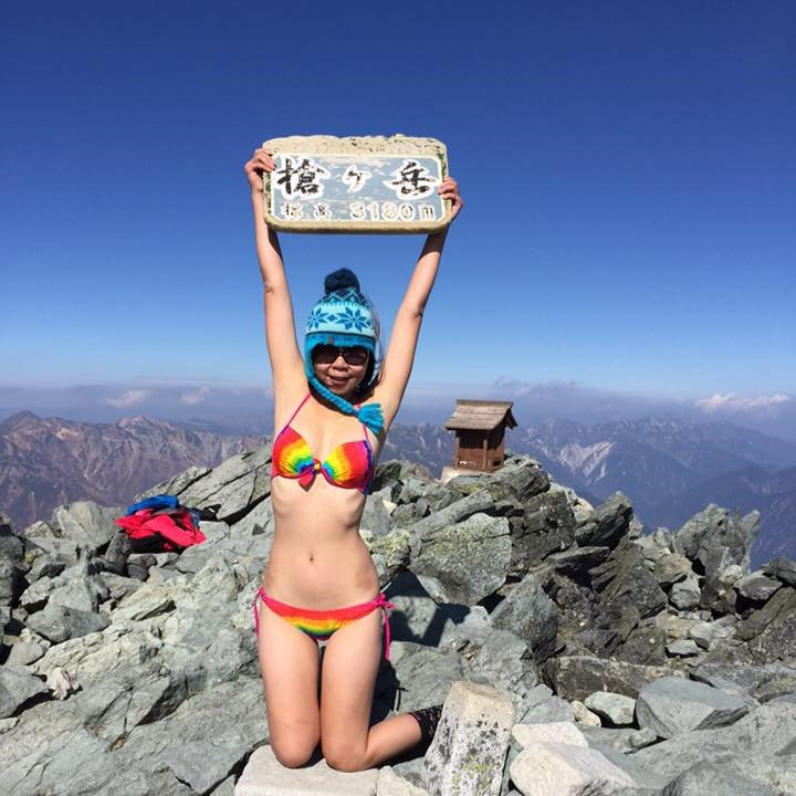 Rơi xuống vực, 'người đẹp bikini leo núi' chờ cứu hộ đến chết cóng Ảnh 2