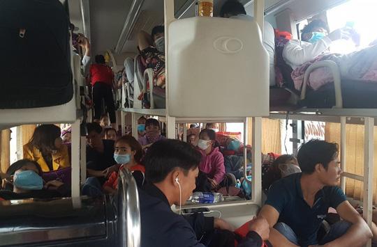Bắt xe khách 40 chỗ 'nhồi nhét' tới 72 người Ảnh 1