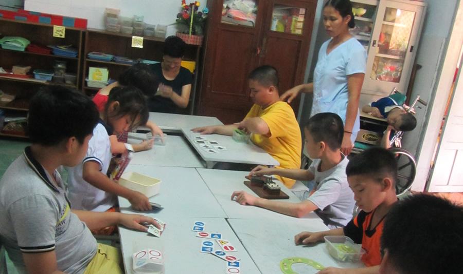 Cô giáo tận tâm với học sinh khuyết tật Ảnh 1