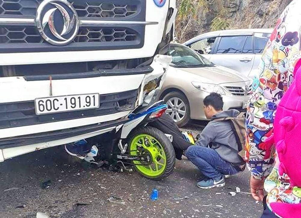 Phượt thủ đi xe máy đâm trực diện ô tô tử vong tại chỗ Ảnh 1