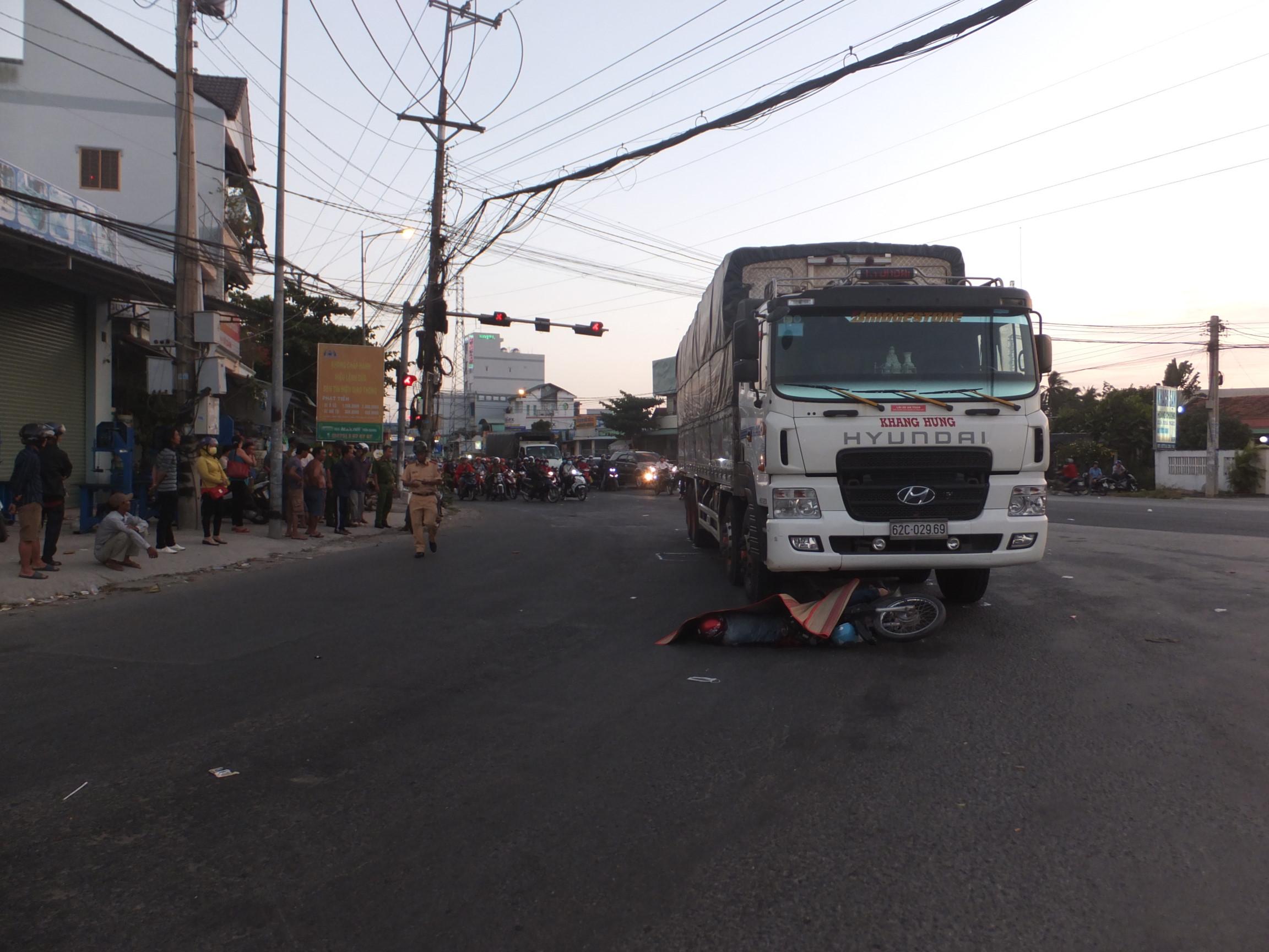 Xe tải cuốn xe máy vào gầm, một người tử vong tại chỗ Ảnh 1