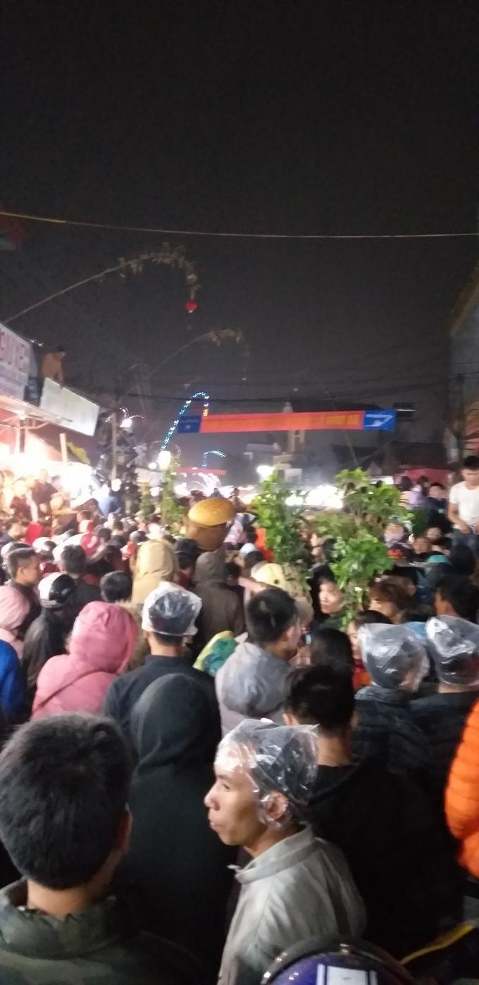 Dòng người nhích từng bước về với chợ Viềng Ảnh 12