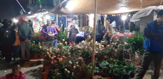 Dòng người nhích từng bước về với chợ Viềng Ảnh 6