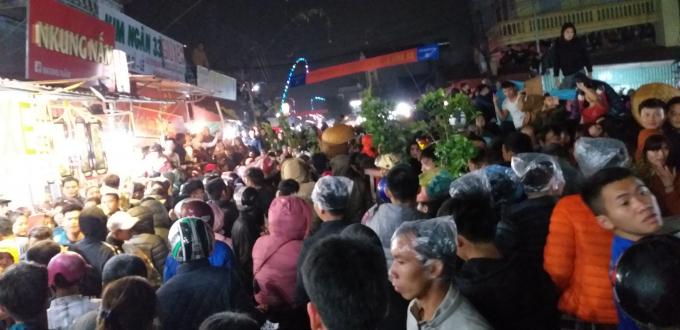 Dòng người nhích từng bước về với chợ Viềng Ảnh 11