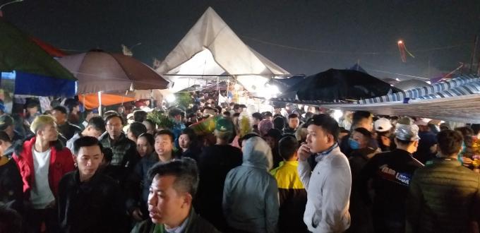 Dòng người nhích từng bước về với chợ Viềng Ảnh 10