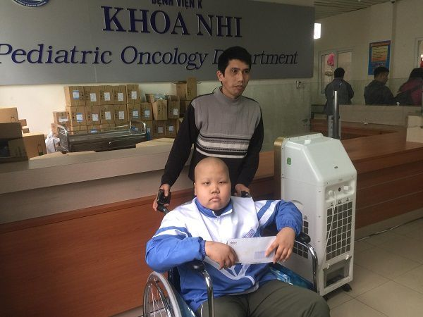Hai bé ung thư đón nhận tấm lòng bạn đọc Ảnh 2