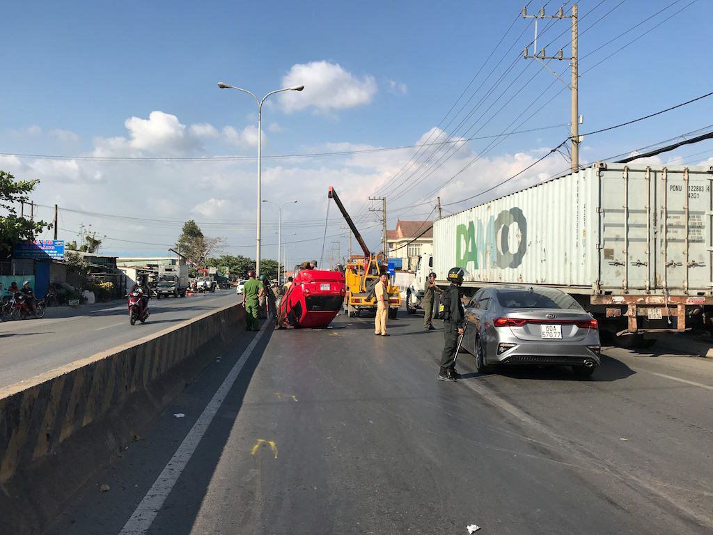 'Xế hộp' bị tông lật trên quốc lộ, 3 người may mắn thoát chết Ảnh 1