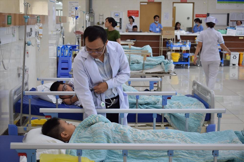 Đang cấp cứu hàng chục học sinh nôn ói, đau bụng sau bữa cơm trưa Ảnh 2