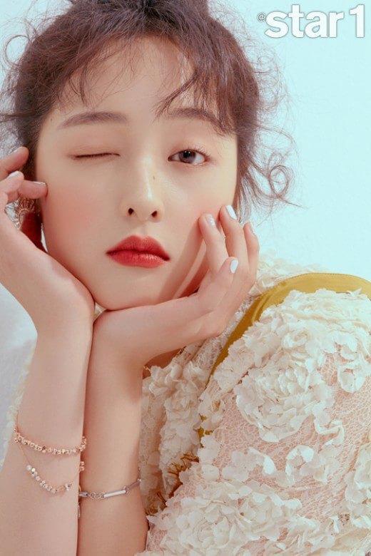 Sulli xinh ngất trong ảnh tạp chí, K-net tố Kim Bora của 'SKY Castle' sao chép phong cách của cô Ảnh 8