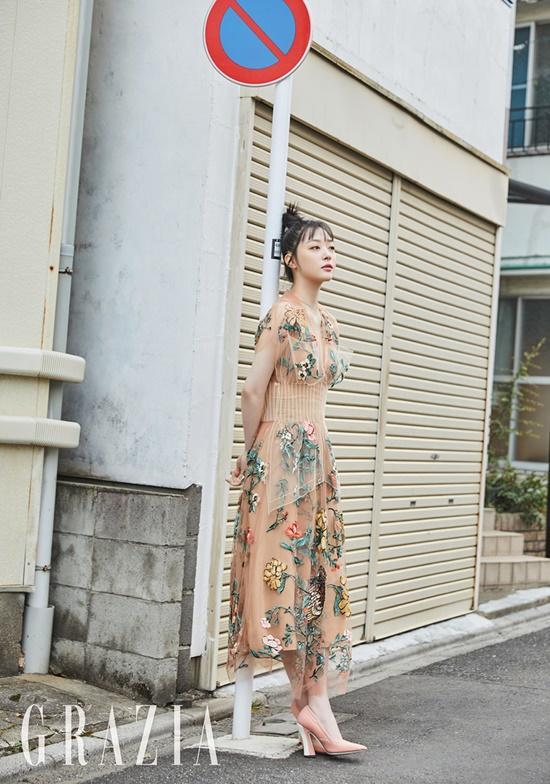 Sulli xinh ngất trong ảnh tạp chí, K-net tố Kim Bora của 'SKY Castle' sao chép phong cách của cô Ảnh 5