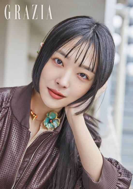 Sulli xinh ngất trong ảnh tạp chí, K-net tố Kim Bora của 'SKY Castle' sao chép phong cách của cô Ảnh 6