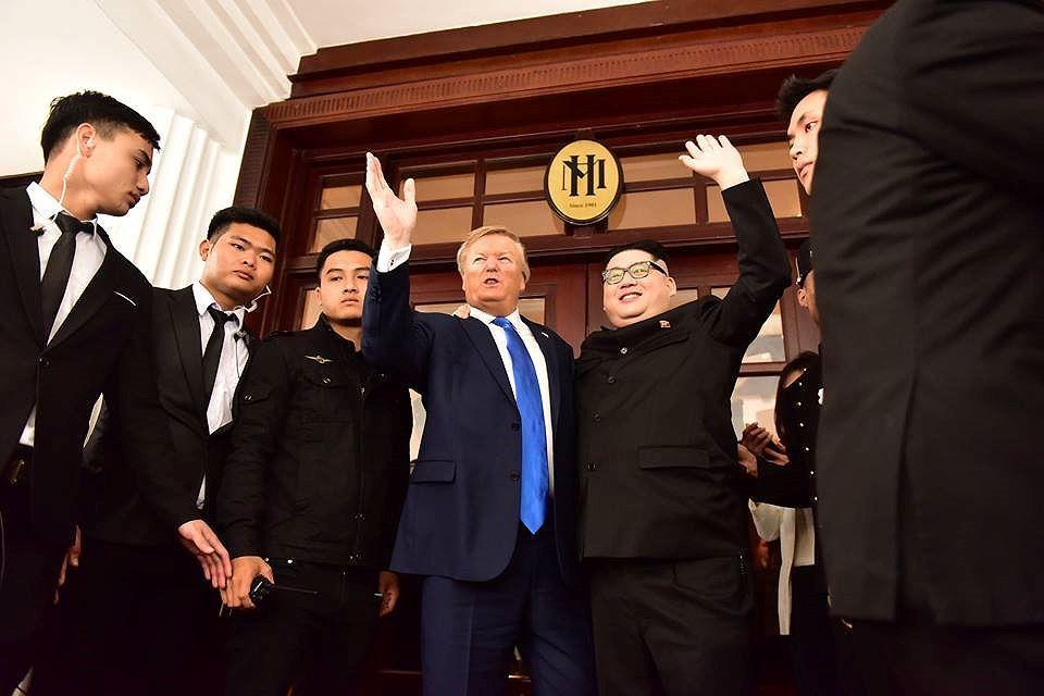 Bản sao hai ông Trump-Kim 'gây bão' trên đường phố Hà Nội Ảnh 6