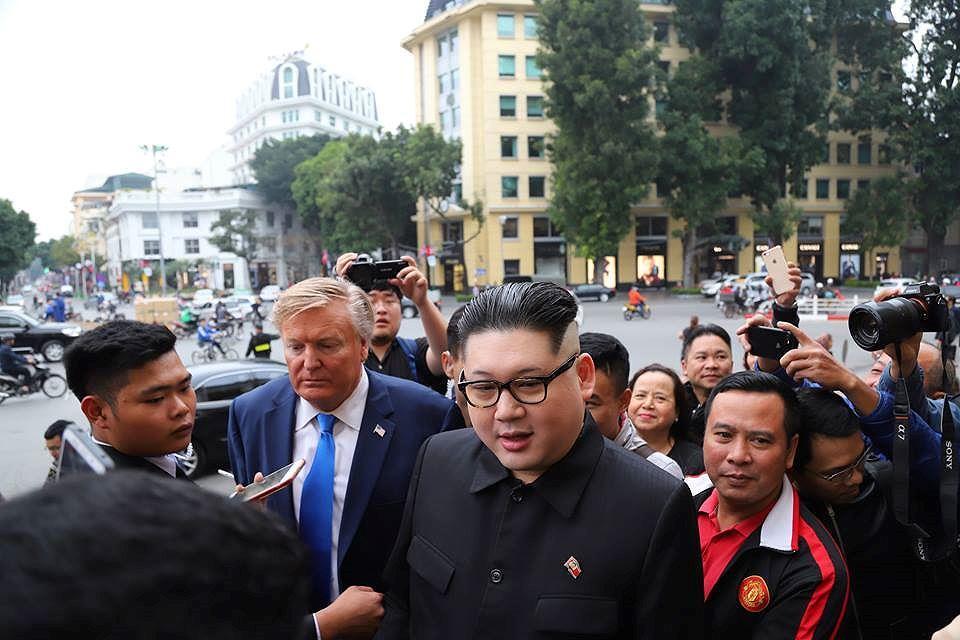Bản sao hai ông Trump-Kim 'gây bão' trên đường phố Hà Nội Ảnh 4