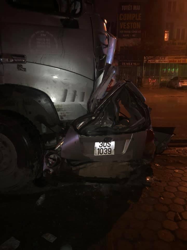 Dừng xe chờ bắt khách trong đêm, tài xế taxi bị xe 'điên' tông chết ở Hà Nội Ảnh 1