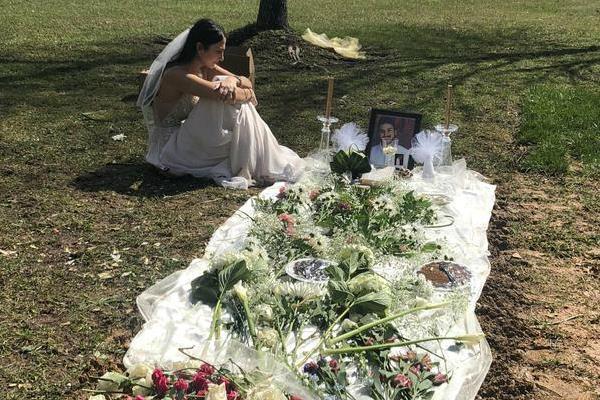 Mặc váy cô dâu đến thăm mộ hôn phu bị sát hại trước ngày cưới Ảnh 1