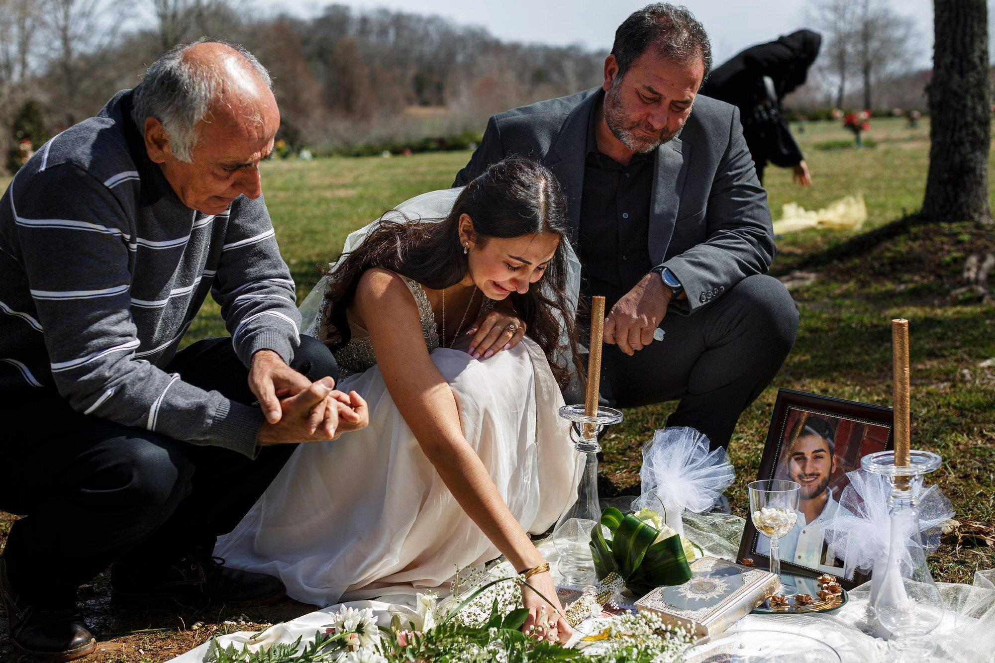 Mặc váy cô dâu đến thăm mộ hôn phu bị sát hại trước ngày cưới Ảnh 2