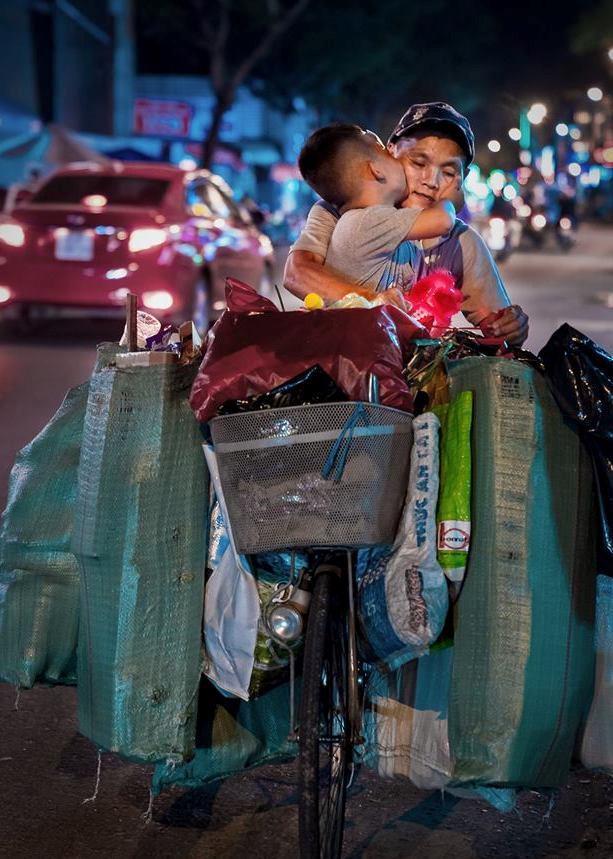 Quặn lòng cảnh người mẹ bán bánh đặt con nằm bú sữa dưới thùng xe để tiếp tục mưu sinh: 'Chỉ có tình mẹ là vô biên!' Ảnh 6