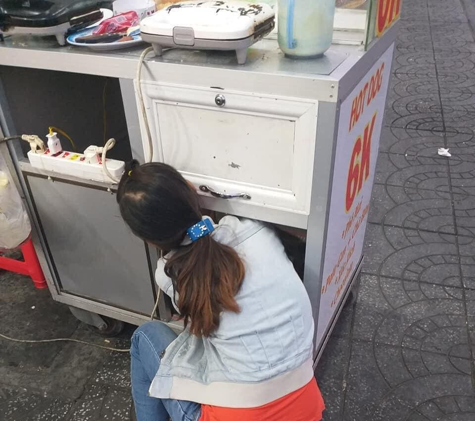 Quặn lòng cảnh người mẹ bán bánh đặt con nằm bú sữa dưới thùng xe để tiếp tục mưu sinh: 'Chỉ có tình mẹ là vô biên!' Ảnh 3