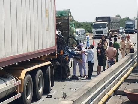Xe tải đâm vào xe đầu kéo trên cao tốc, 2 người chết tại chỗ ảnh 1