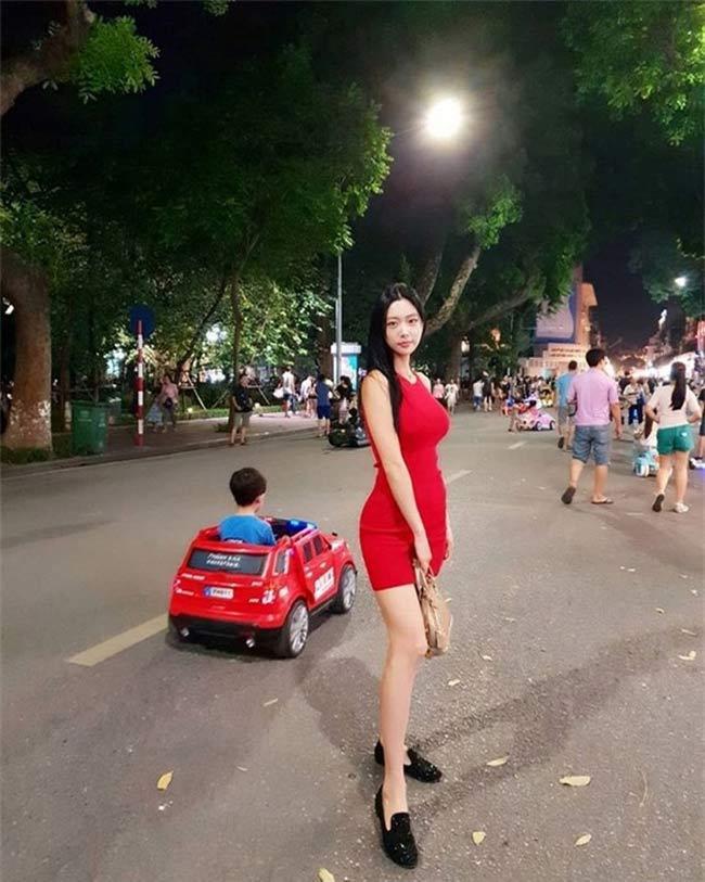 2 'siêu phẩm tạp chí đàn ông Hàn' quá đẹp, gây xôn xao phố đi bộ Hồ Gươm, Hội An Ảnh 12
