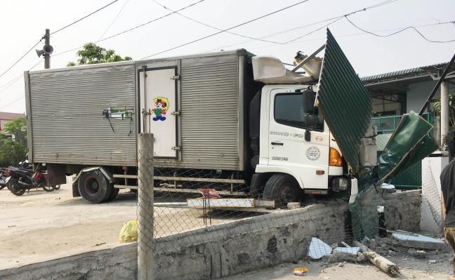 Tông sập tiệm cắt tóc, tài xế xe tải bị bắt đền 250 triệu Ảnh 1