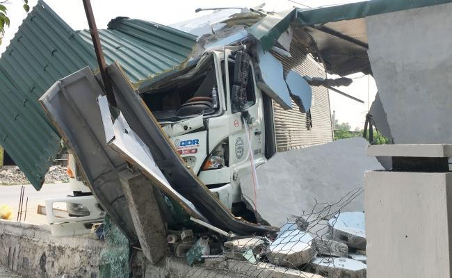 Tông sập tiệm cắt tóc, tài xế xe tải bị bắt đền 250 triệu Ảnh 2