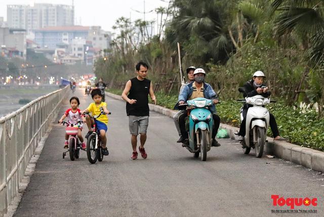 Con đường đi bộ dài nhất Thủ đô chưa kịp hoàn thiện đã bị xe máy lấn chiếm Ảnh 6