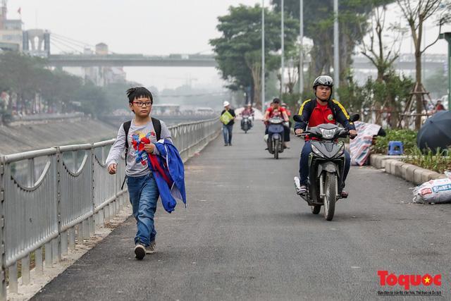 Con đường đi bộ dài nhất Thủ đô chưa kịp hoàn thiện đã bị xe máy lấn chiếm Ảnh 5