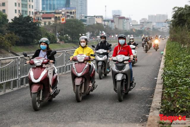 Con đường đi bộ dài nhất Thủ đô chưa kịp hoàn thiện đã bị xe máy lấn chiếm Ảnh 4