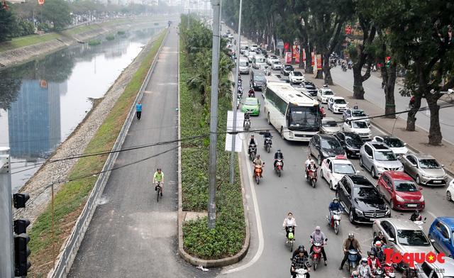 Con đường đi bộ dài nhất Thủ đô chưa kịp hoàn thiện đã bị xe máy lấn chiếm Ảnh 1