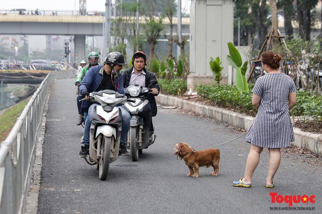 Con đường đi bộ dài nhất Thủ đô chưa kịp hoàn thiện đã bị xe máy lấn chiếm Ảnh 7