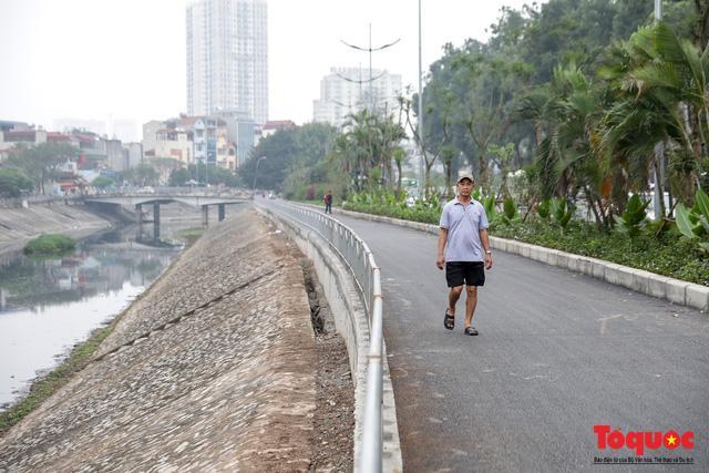 Con đường đi bộ dài nhất Thủ đô chưa kịp hoàn thiện đã bị xe máy lấn chiếm Ảnh 2