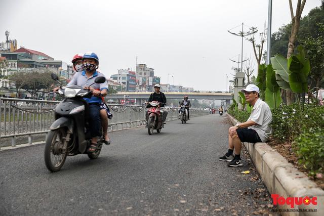 Con đường đi bộ dài nhất Thủ đô chưa kịp hoàn thiện đã bị xe máy lấn chiếm Ảnh 8