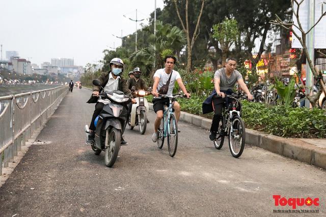 Con đường đi bộ dài nhất Thủ đô chưa kịp hoàn thiện đã bị xe máy lấn chiếm Ảnh 9