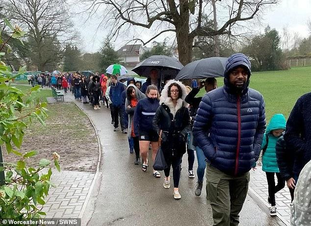 5.000 người xếp hàng dưới mưa chờ xét nghiệm để cứu cậu bé 5 tuổi Ảnh 3