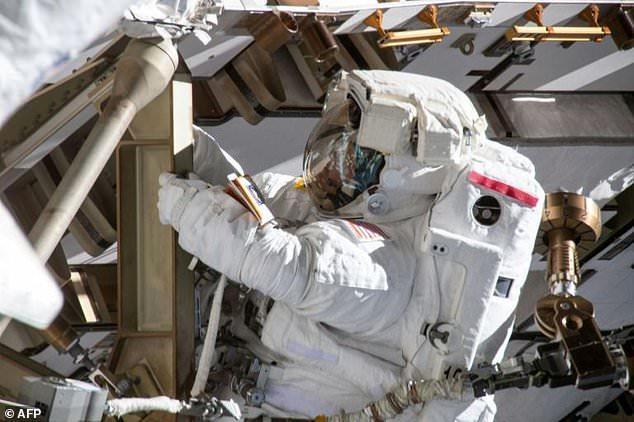 Hai nhà du hành nữ 'bị từ chối' ra ngoài không gian vì... thiếu trang phục Ảnh 1