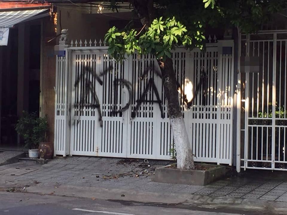 Chủ tịch Đà Nẵng yêu cầu xử lý người ném chất bẩn, vẽ bậy lên nhà cựu Viện phó VKS Ảnh 2