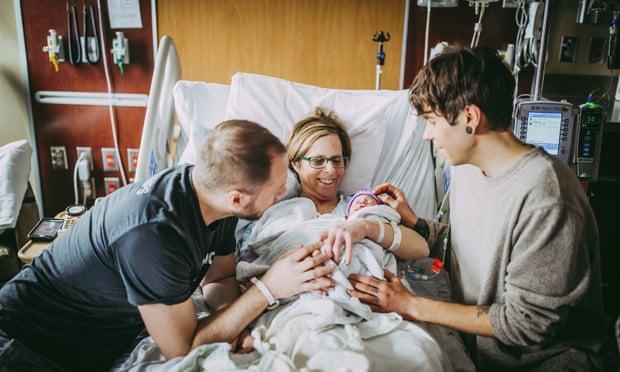 Mỹ: 61 tuổi mang thai hộ cho con trai đồng tính Ảnh 2
